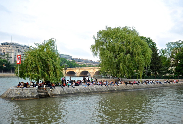 Stillwell_Paris_Isle_Cite_RiverBanks_Crowd