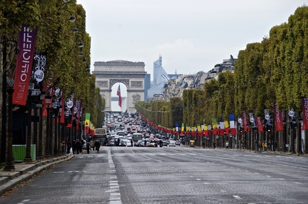 Stillwell_Paris_Partially_Closed_Champs_Elysee_2